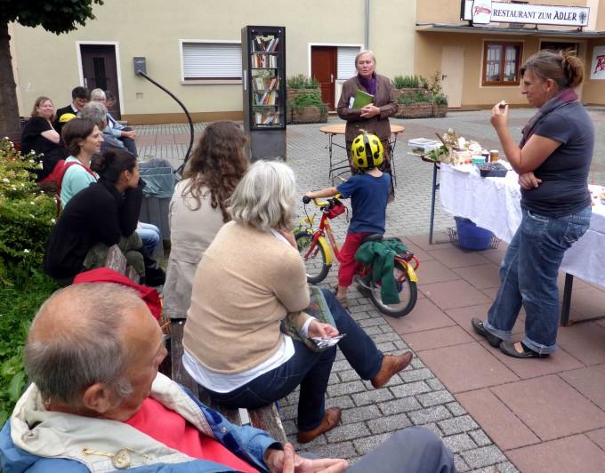 Irene Glück gibt eine Märchenstunde für Groß und Klein