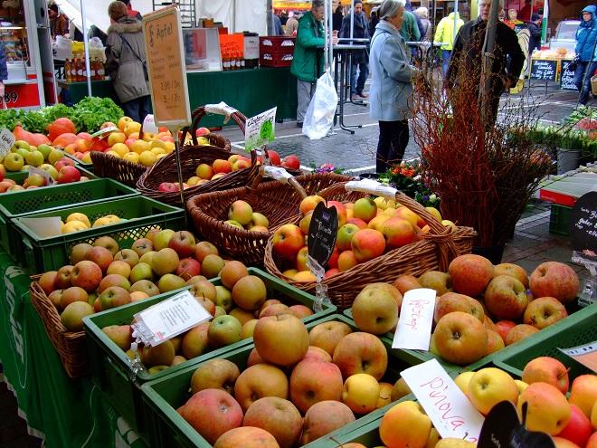 Äpfel aus der Region, darunter auch viele alte Sorten, auf dem Frankfurter Erzeugermarkt