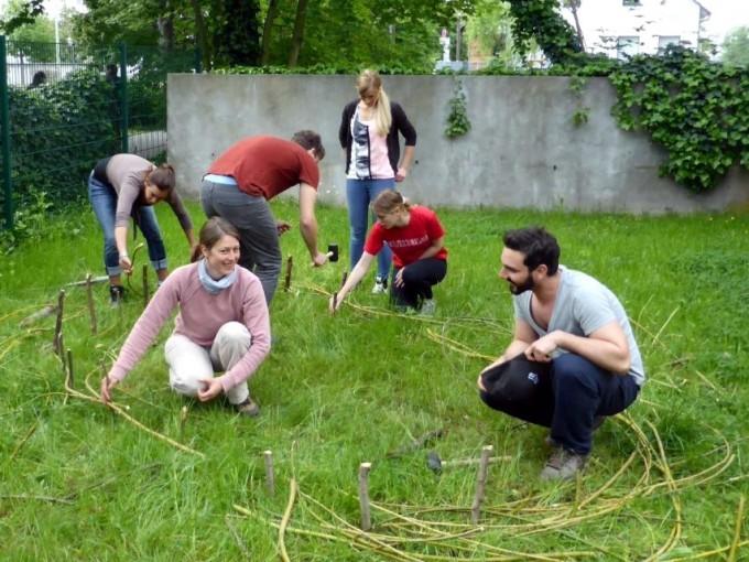 Transition Town Frankfurt legt in Niederrad einen Bienengarten an
