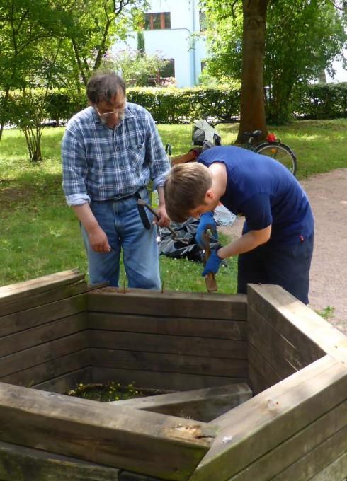 Vorbereitung der Hochbeete des Riederwälder Gartens