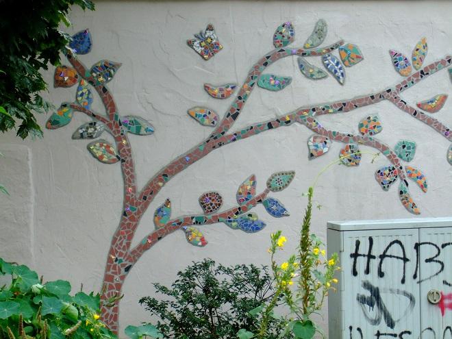 Mosaik am Ginnheimer Kirchplatzgärtchen