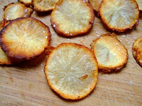 Frittierte Chips vom Topinambur