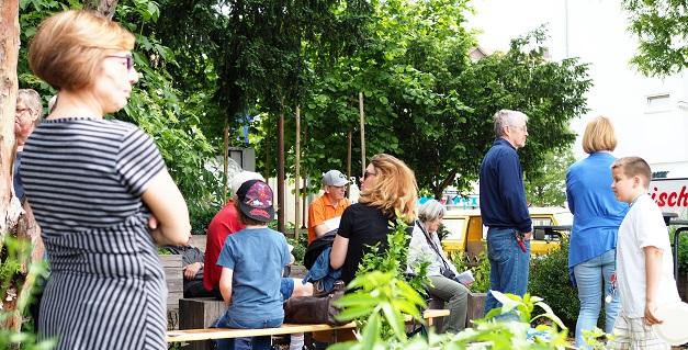 Besucher im Griesheimer Bahnhofsgärtchen