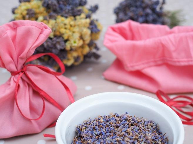 Selbst geerntete Lavendblüten zur Befüllung von Duftsäckchen