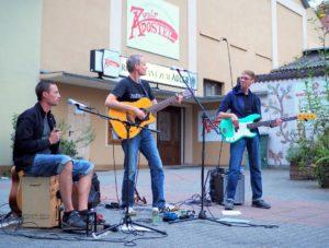 Tongärtner spielen Akustik-Rock auf dem Ginnheimer Kirchplatz.