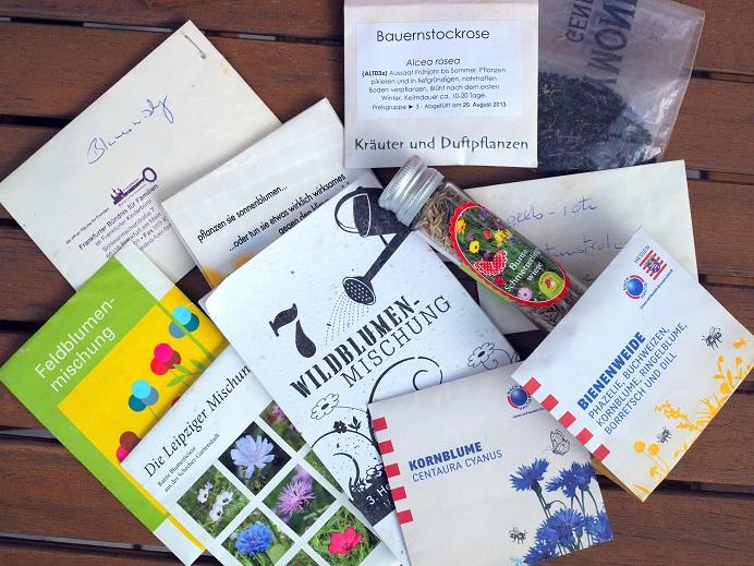 Saatguttütchen mit verschiedenen Samen von bienenfreundlichen und heimischen Samen zur Herstellung von Samenbomben