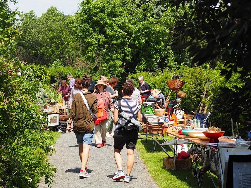 Stände und Besucher des privaten Gartenflohmarkts