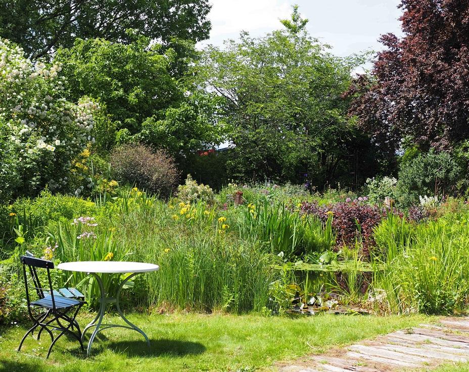 Gartenteich mit Sitzgruppe