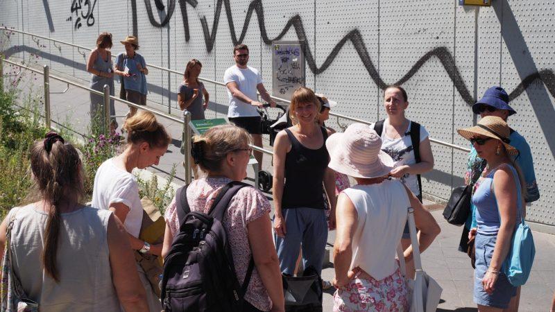 EIne der Stationen der alternativen Stadtführung 'Stadtwandeln': das Stadtbiotop Bahnhofsgrün Rödelheim