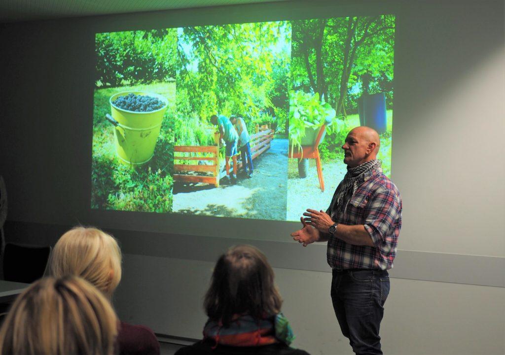 Peter Frankenstein vom Frankfurter Erntegarten der GFFB zeigt Vorher- und Nachherbilder.