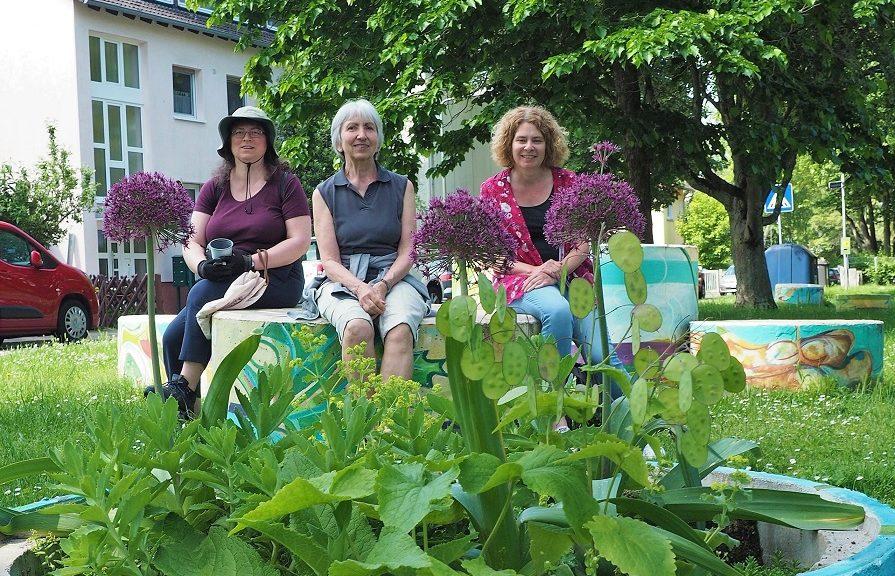 Die Gärtnerinnen mit einem bepflanzten Kübel des Enkheimer Urban-Gardening-Projekts